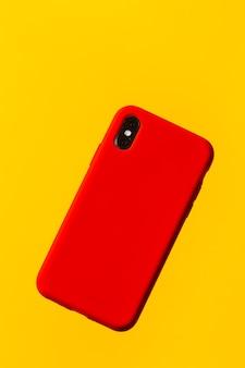 黄色の背景に赤いスマートフォンケース