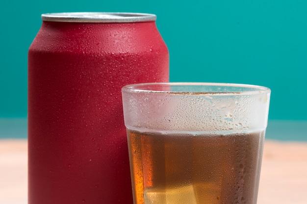 Красная сода может со стаканом, заполненным льдом