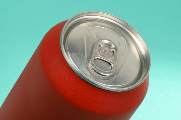 赤いソーダ缶のクローズアップ