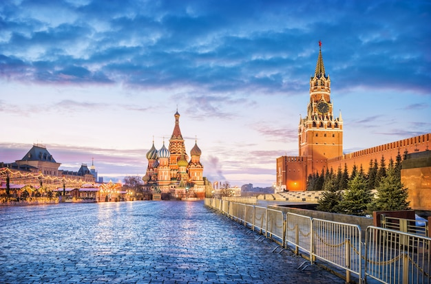 Красная площадь в москве под голубым рассветным небом