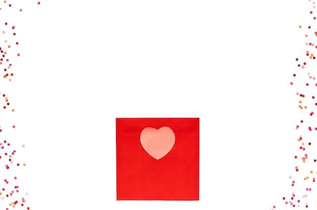 핑크 하트와 격리 된 흰색에 화려한 색종이 붉은 광장 사랑 봉투