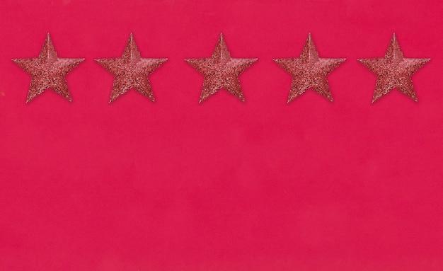 Красная звезда на красном бумажном фоне и есть место для копирования на новый год и рождество