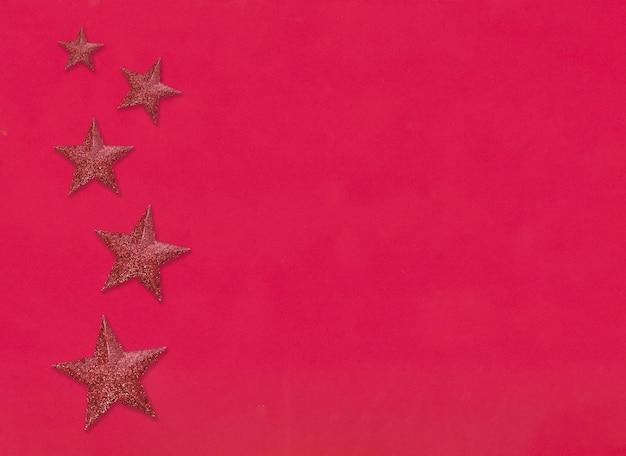 Красная звезда на фоне красной бумаги и есть место для копирования для концепции года и рождества
