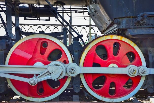 빨간 증기 기관차 바퀴, 오래된 증기 기관차의 금속 바퀴 프리미엄 사진