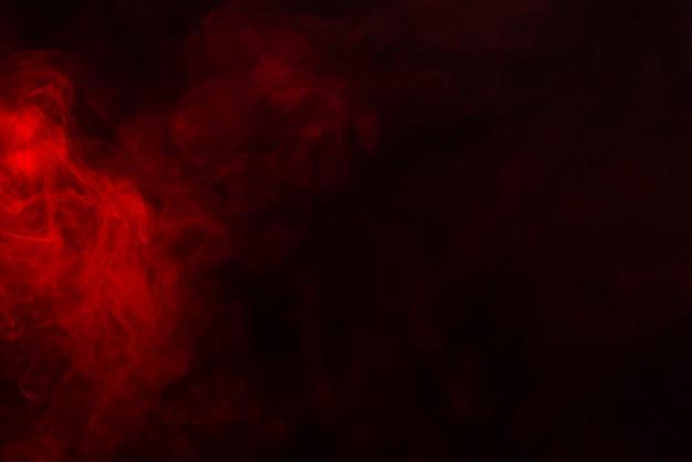 Красный пар на черном фоне