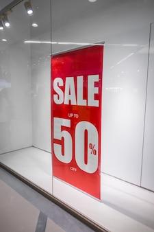 Красный магазин скидка знак на витрине магазина.