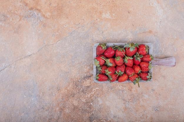 青い素朴な大皿に赤いイチゴ