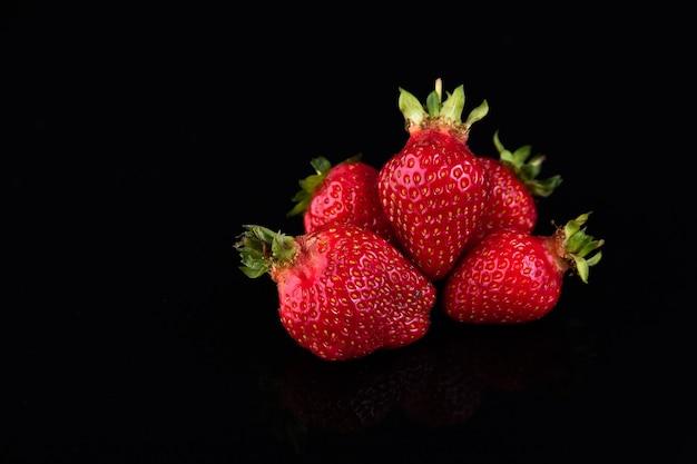 黒に赤いイチゴ
