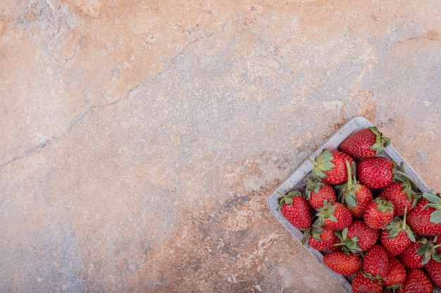 正方形の素朴な大皿に赤いイチゴ。