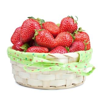 白い背景で隔離のバスケットの赤いイチゴ