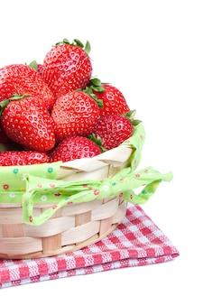 分離されたバスケットの赤いイチゴ