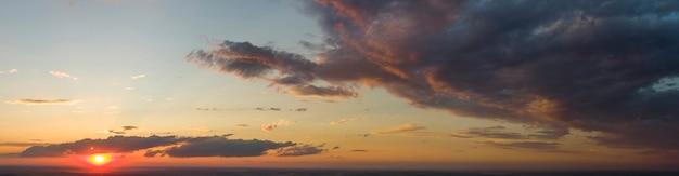 붉은 석양. 구름과 붉은 하늘의 파노라마입니다.