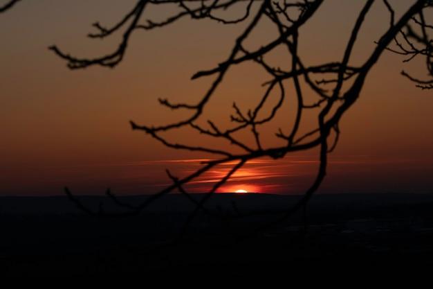 Красный закат красное солнце заходит за горизонт