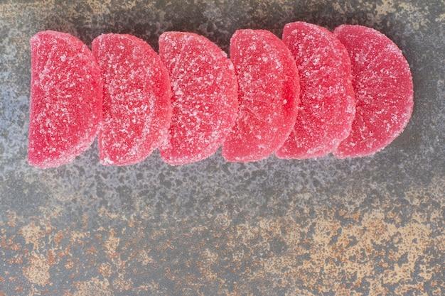대리석 바탕에 빨간색 달콤한 젤리 마멀레이드입니다. 고품질 사진
