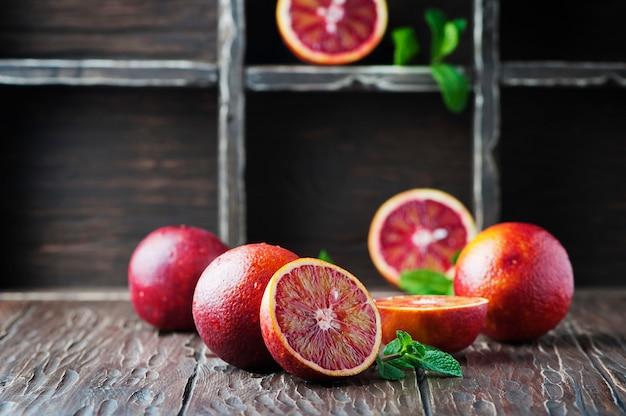 木製のテーブルに赤い甘いオレンジ