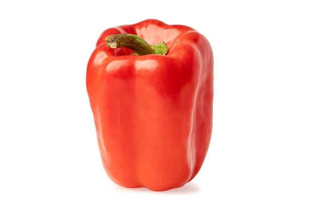 Красный сладкий перец, изолированные на белом фоне с обтравочным контуром.