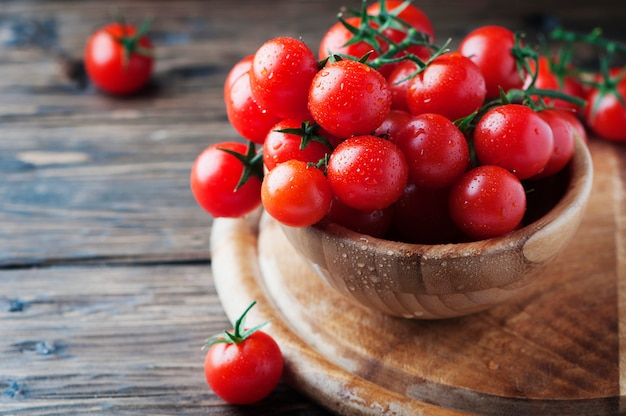 나무 테이블에 붉은 달콤한 토마토 체리