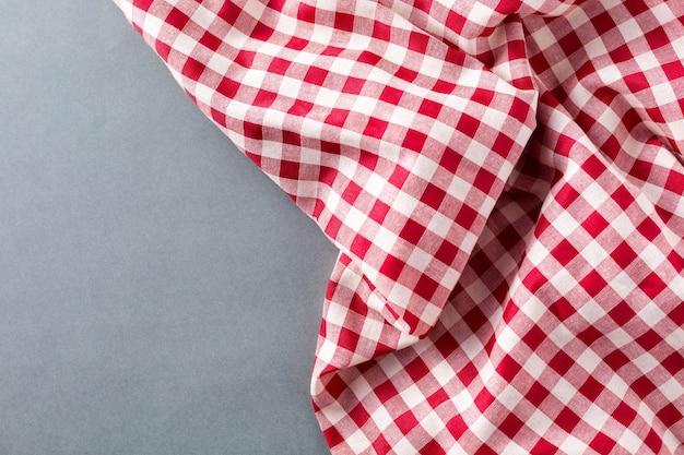 灰色の背景に赤いテーブルクロス
