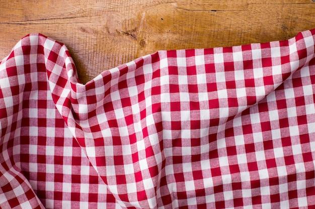 木製の背景に赤いテーブルクロス