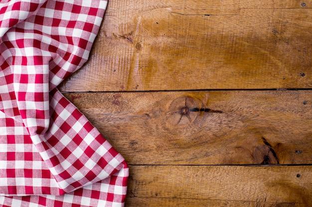 Красная скатерть на деревянном фоне