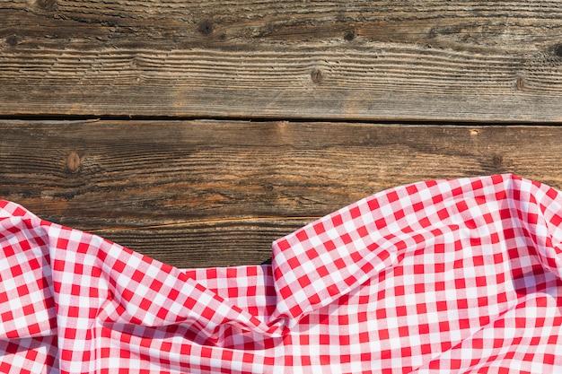 木製テーブルに赤いテーブルクロス