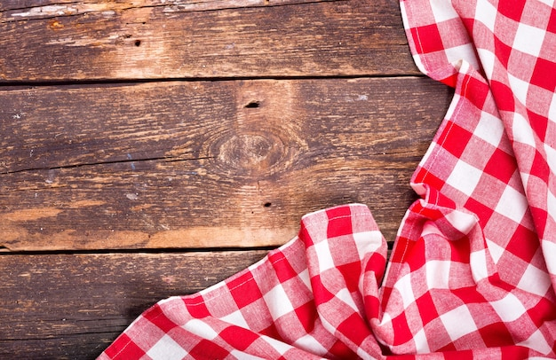 Красная скатерть на деревенском деревянном столе