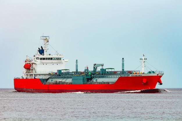 赤いタンカー。有毒物質および石油製品の移動