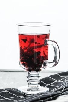透明なマグカップの赤茶