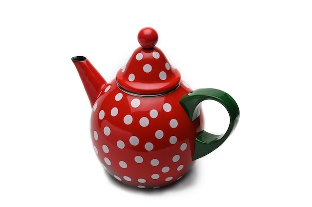 Красный чайник с белым горошком для заваривания чая