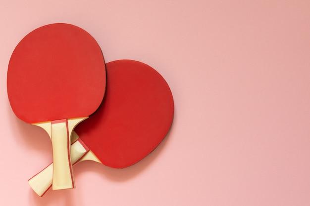 분홍색 배경에 격리된 빨간 테니스 탁구 라켓, 탁구용 스포츠 장비