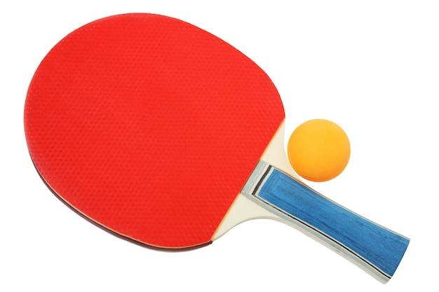 白い背景で隔離のピンポン用の赤いテニスラケットとオレンジ色のボール。