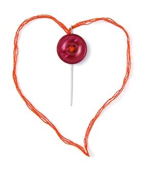 Красная нить в форме сердца