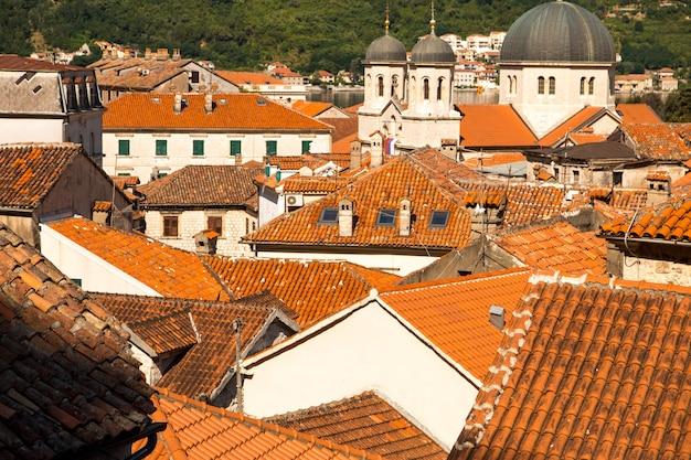ヨーロッパの都市の赤い瓦屋根。街の眺め。