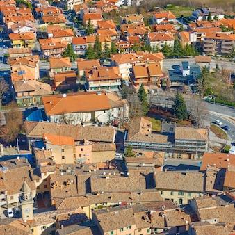 산마리노 보르고 마조레의 붉은 기와 지붕