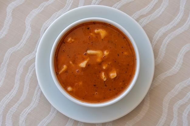 白いボウルに餃子と赤いトマトスープ、クローズアップ、上面図