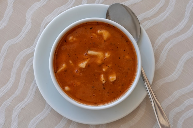 餃子入りの赤いトマトスープ