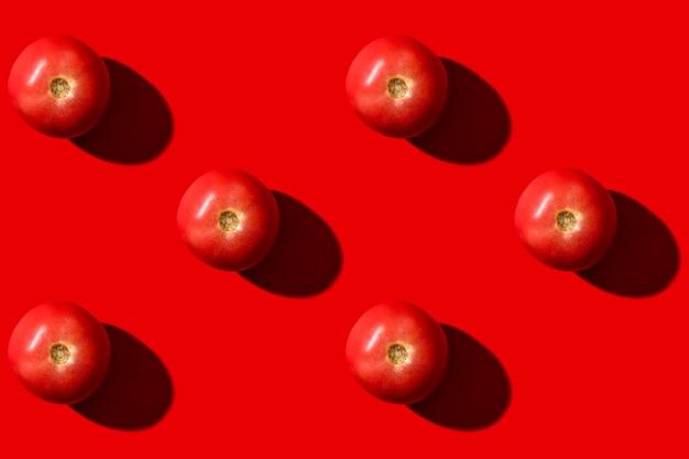 Красный помидор. овощи есть. шаблон для дизайна. вид сверху. вегетарианская пища.