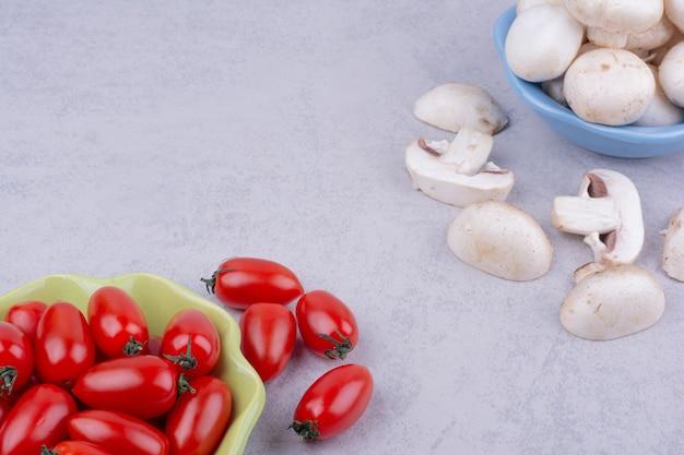 회색 표면에 빨간 토마토와 버섯