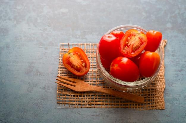 Красные помидоры богаты витаминами.