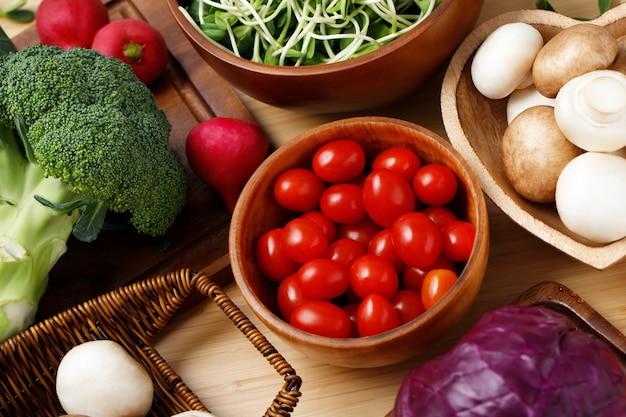 赤いトマト、キャベツ、椎茸、ブロッコリー、ひまわりの苗など、ヘルシーな食べ物です。