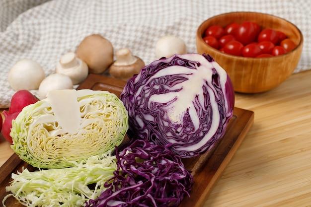 赤いトマト、キャベツ、椎茸、ブロッコリー、ひまわりの苗など、ヘルシーな食べ物です。 Premium写真