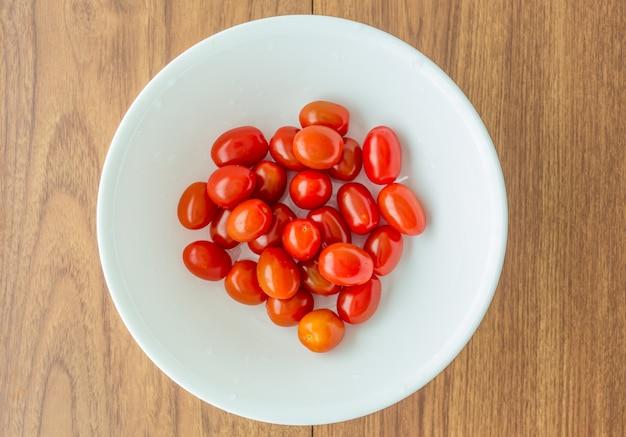 白いボウルに赤いトマト