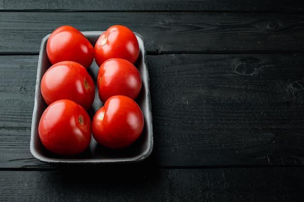 검은 나무 테이블에 빨간 토마토