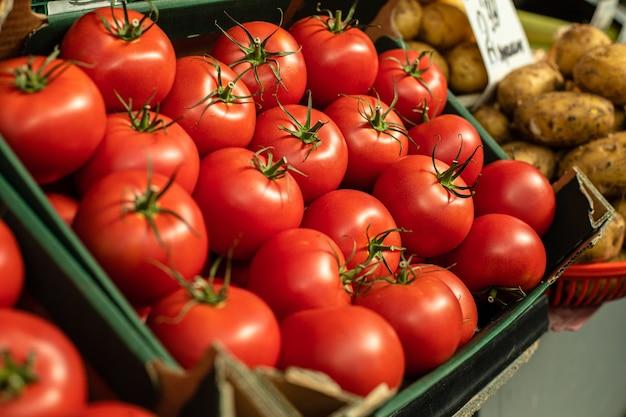 市場に出回っている赤いトマトは、買い手のために用意されています。