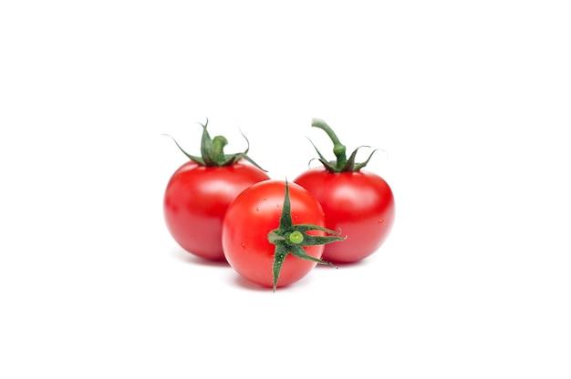 白い背景の上の赤いトマト