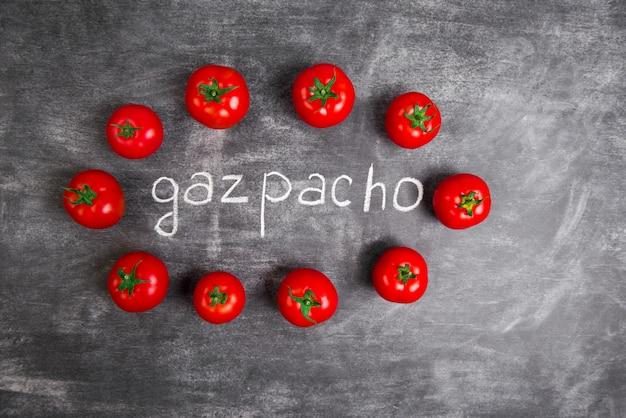木製の灰色のテーブルに赤いトマト