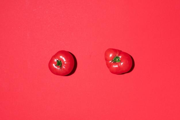 Красные помидоры на красном фоне