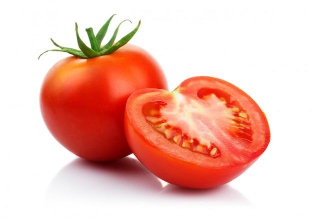 白で隔離されるカットと赤いトマト