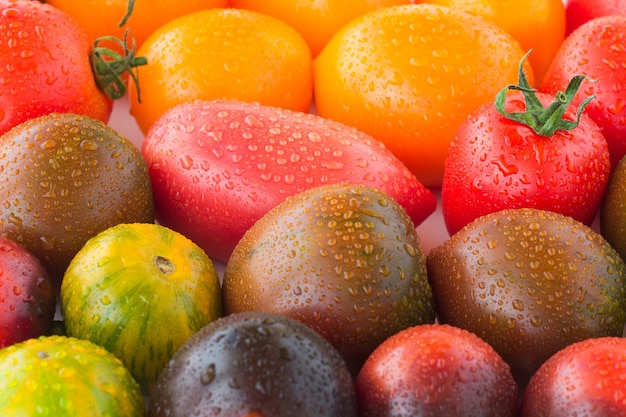 水滴と赤いトマトをクローズアップ。