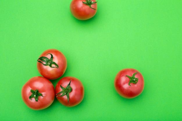 色の背景に赤いトマト